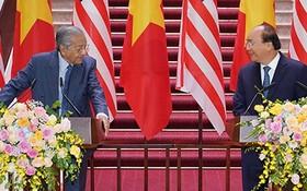 政府總理阮春福(右)與馬來西亞總理馬哈蒂爾‧穆罕默德在聯合新聞發佈會上。(圖源:光孝)