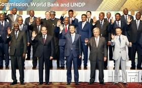 日本首相安倍晉三(前中)和各國領導人在第七屆非洲開發會議(TICAD)開幕式前合照。