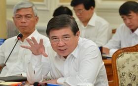 市人委會主席阮成鋒(前右)在會議上發言。(圖源:越勇)