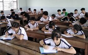 學生專心做習題。