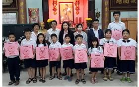 西貢屏榮公司贈月餅給學生
