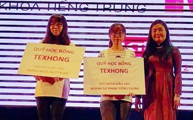 該學系主任阮瓊雲(右一)向兩位榜首頒發獎學金。