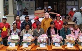 釋惟鎮法師派發 禮物給窮人。