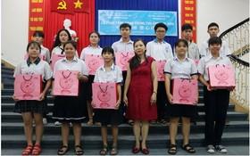 屏榮公司營業課長陳秀娟向學生贈送月餅。