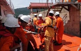 SAR 412號救護船的救援隊員及時趕至並將患者送上岸治療。(圖源:慶紅)
