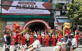 儘管未獲批准,但ALIBABA公司仍為ALIBABA邊和分行舉行開張儀式。(圖源:同奈報)