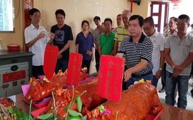 馮傳坤理事長獻上金豬祭拜祖先。