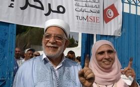 首次代表伊斯蘭復興運動黨參選的穆魯(Abdelfattah Mourou)夫婦投完票出來。(圖源:AFP)