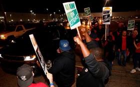 當地時間9月16日,美國密歇根州弗林特,在通用汽車公司弗林特裝配廠工作的美國汽車工人聯合會(UAW)成員開始罷工。(圖源:互聯網)