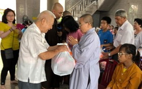 由本市若干醫生及華人企業家組成的慈善團日前前往頭頓市慈光禪寺展開贈醫施藥活動。