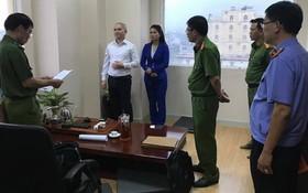 執法警員向阮蔡領宣讀逮捕令。(圖源:新進)