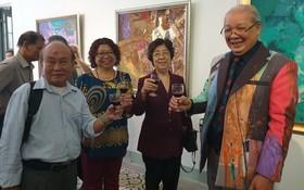 劉金華主席、張四妹、張路畫家祝賀淵輝畫家(右一)。
