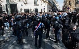 9月21日,在法國巴黎,警察在香榭麗舍大街上與示威者對峙。(圖源:新華社)
