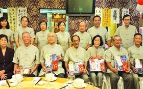 執委會向高齡會員贈送禮物祝賀。