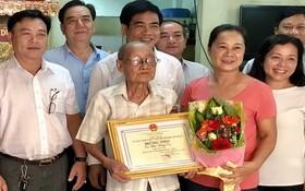 第十一郡領導向華人長者蔡雄威大叔贈送禮物。