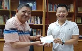 杭慰瑤董事長將贊助贈報活動款項 轉交本報執行編輯林曉東。