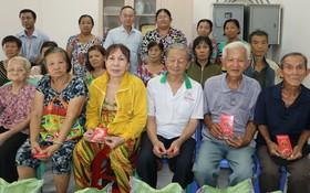范興主任(後排左三)向貧困戶贈送禮物。