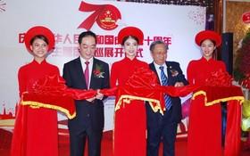 中國駐本市總領事吳駿(左二)及市文體廳副廳長梅伯雄(右二)進行剪綵儀式。