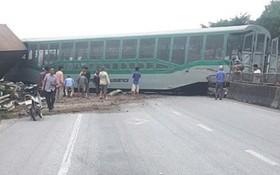 事故導致列車的4節車廂側翻,其中1節車廂側翻後攔截阻擋1A號國道。(圖源:A.N)