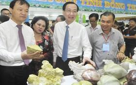 市人委會副主席黎清廉參觀各省市供應本市的農產品。(圖源:翠海)