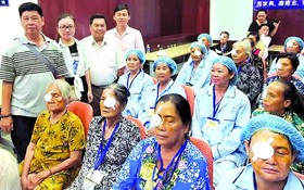 組委會慰問施白內障手術者。