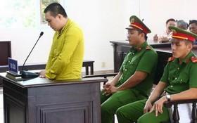 被告人阮明孝站在被告席上答審判員問案。(圖源:交通報)