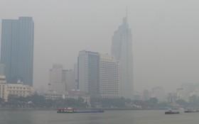 造成本市霧霾污染情況的原因是逆熱輻射現象,結合空氣濕度高,導致積聚與凝結在空氣中原有的污染物質,造成光化學失明現象。(圖源:長源)