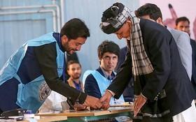 9月28日,阿富汗喀布爾,阿富汗大選開始投票,阿富汗總統加尼現身投票站。(圖源:AFP)
