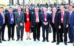 朱應昌(左三)和麒麟(左一)與參加活動的 各國華人朋友合影。