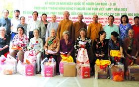 組委會向藝人養老院的老藝人贈送禮物。