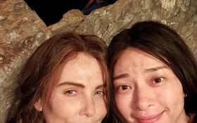 女演員吳清雲(右)與女名星查理茲‧塞隆在電影《老衛隊》片場合照。
