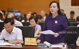 衛生部長阮氏金進向國會社會問題委員會闡釋報告。(圖源:Quochoi.vn)