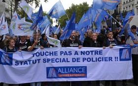 """當地時間2日,法國警察因不堪工作壓力,在巴黎展開""""憤怒遊行"""",旨在引起社會各界對警察困難狀況的重視。(圖源:互聯網)"""