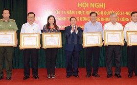 中央民運部常務副部長鳥柯若(中)向各集體單位頒發獎狀。(圖源:市黨部新聞網)