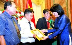 國家副主席鄧氏玉盛(右一)接見茶榮省對革命有功者代表團並贈送紀念品。