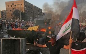 示威者焚燒裝甲軍車。(圖源:AFP)