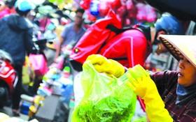 菜市場小販經常使用塑料袋。(圖源:玉鳳)