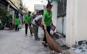 關雪雲與婦女們一起打掃街區。