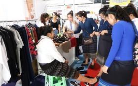 消費者在博覽會選購鞋品和服裝。