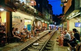 河內鐵路邊的咖啡館存在安全隱患。(圖源:煙雲)