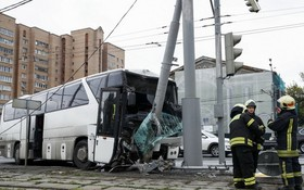 圖為俄羅斯莫斯科一輛旅遊大巴發生事故的現場。(圖源:Getty Images)