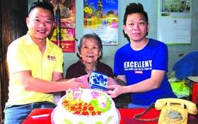 周銘洪(右一)與外婆劉二女(中)把百年瓷枕贈予麒麟(左)。
