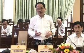 新聞與傳播部副部長范英俊(前左)在會議上發言。(圖源:越通社)