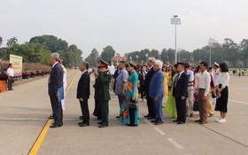 越南企業家代表團晉謁胡志明主席陵並匯報功績。