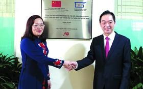 市師範大學校長阮氏明紅與中文系大學熱烈歡迎中國駐本市總領事吳駿(右)。