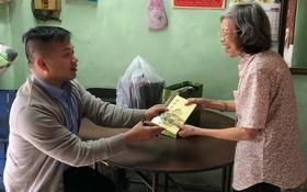 本文作者麒麟(左)向闊別 30 年後的恩師劉麗英贈送著作《滄桑彙集》。