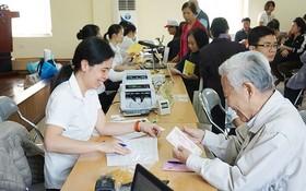 退休者在當地所住的坊-鄉級人委會辦事處領取月退休金。(圖源:陲楊)