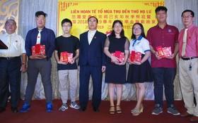 該宗祠理事長盧錦成(左四)與常值理事長盧鏡波(右一)向大學生頒發獎助學金。
