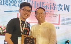 萬旅集團董事總裁何志軍向曾廣健(左)頒獎。