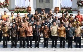 印尼總統佐科(前左六)與新內閣全體成員在總統府獨立宮合影留念。(圖源:互聯網)